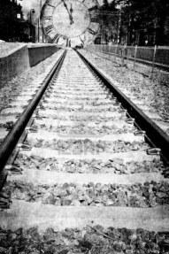 13699464-via-de-tren-en-blanco-y-negro-lleva-la-delantera-en-un-reloj-el-montaje-en-el-grunge1